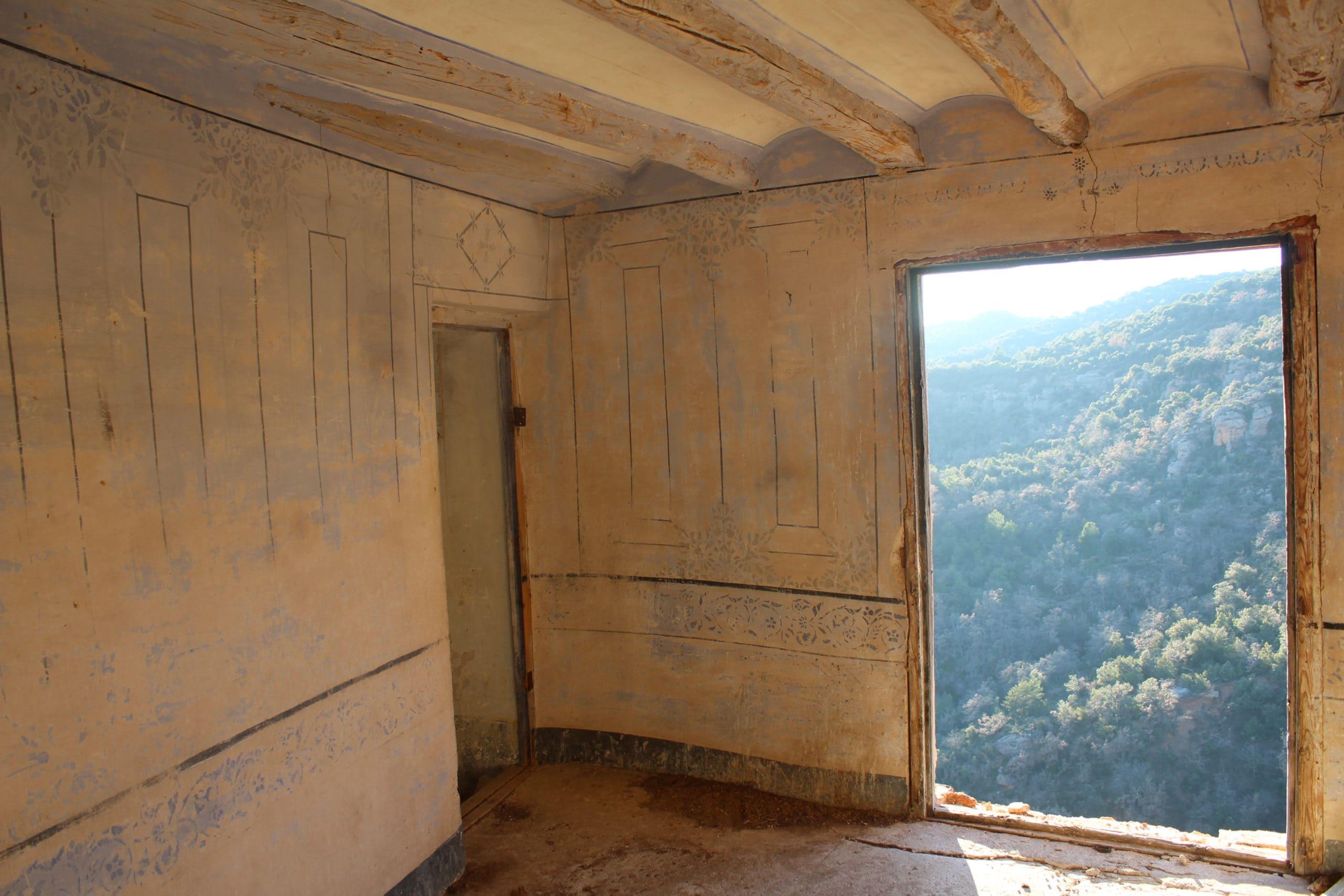 habitación abandonada con vistas al valle